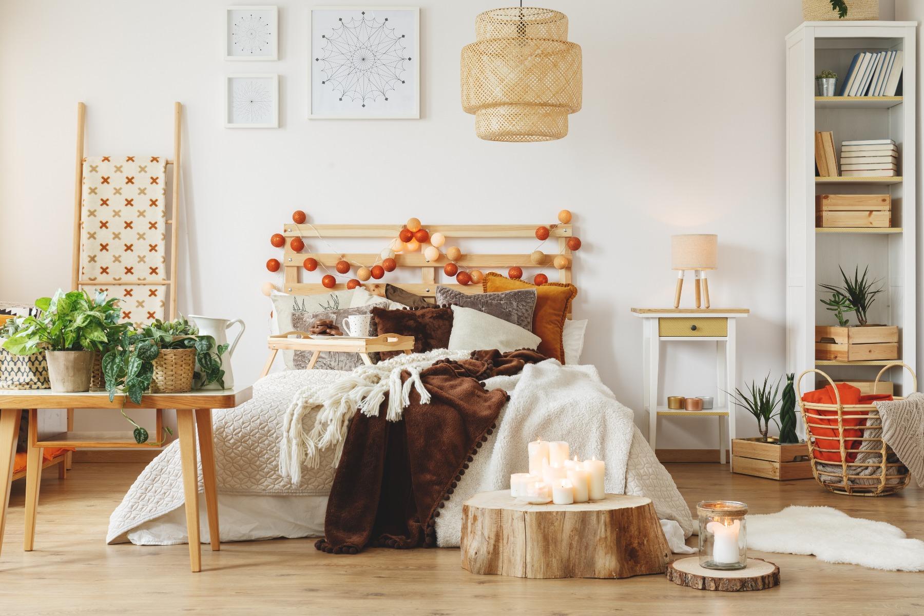 Das Bild zeigt ein Landhaus Schlafzimmer mit Holzelementen.