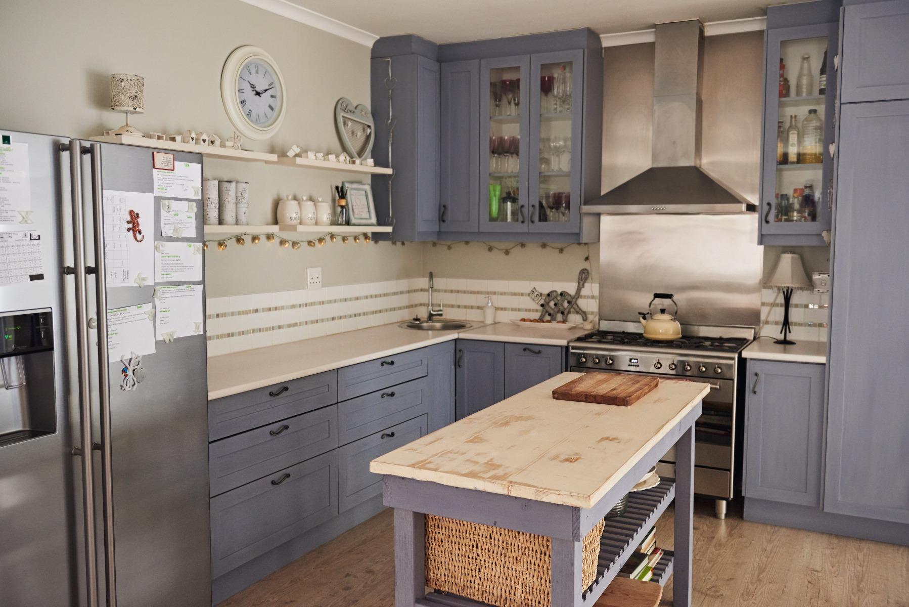 Das Bild zeigt eine Landhausküche in Grau.