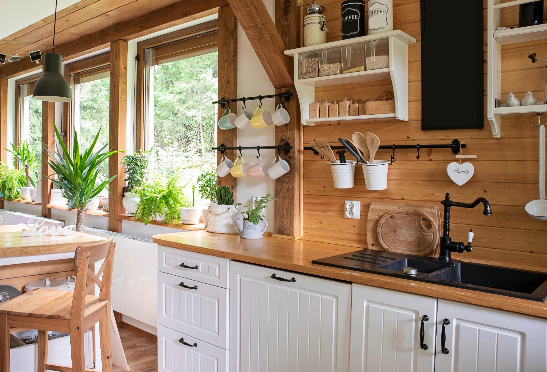 Das Bild zeigt eine Landhausküche aus Holz.