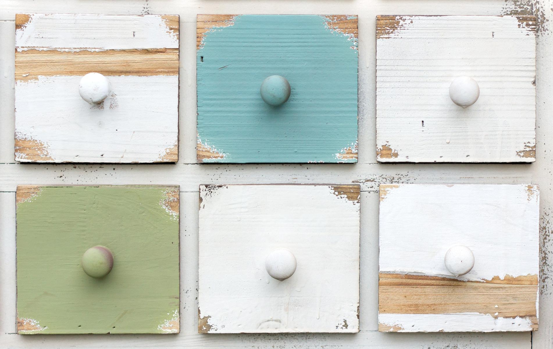 Das Bild zeigt Schubladen eines Holzmöbels im Shabby Chic Stil.