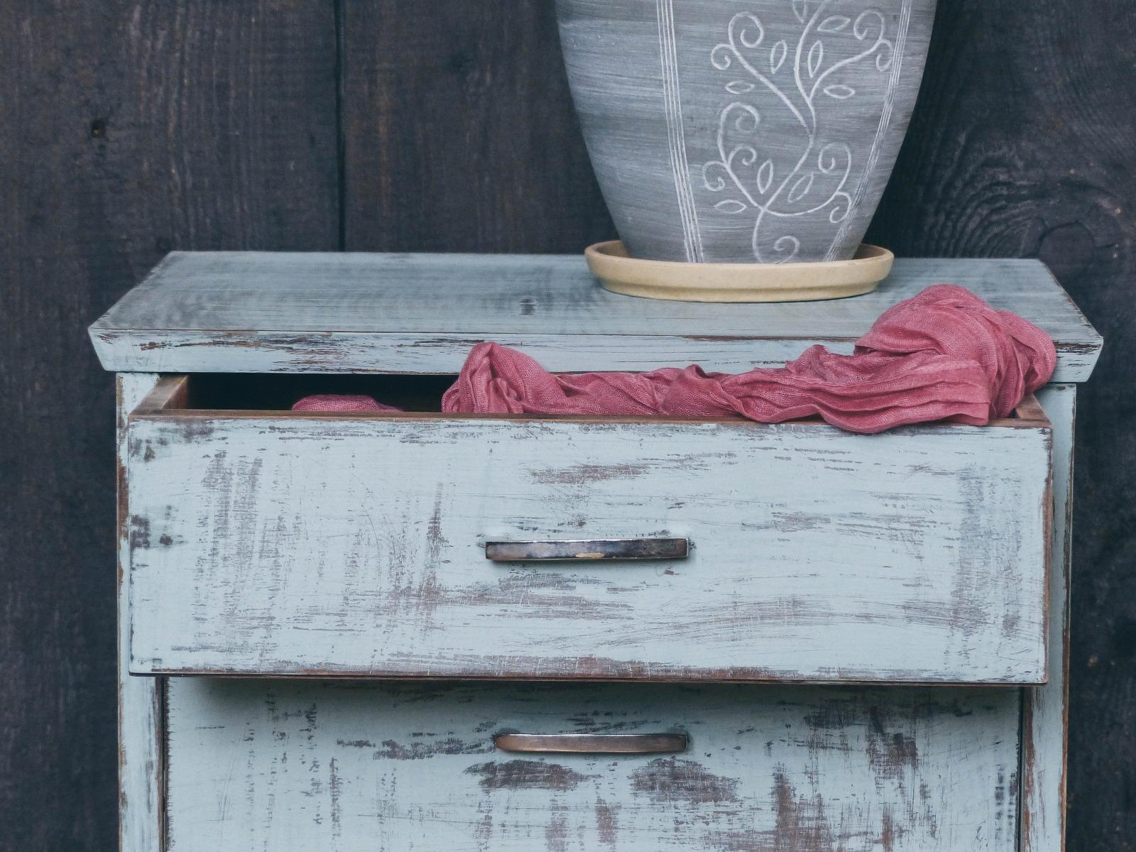 Das Bild zeigt eine Shabby Chic Kommode aus altem Holz.