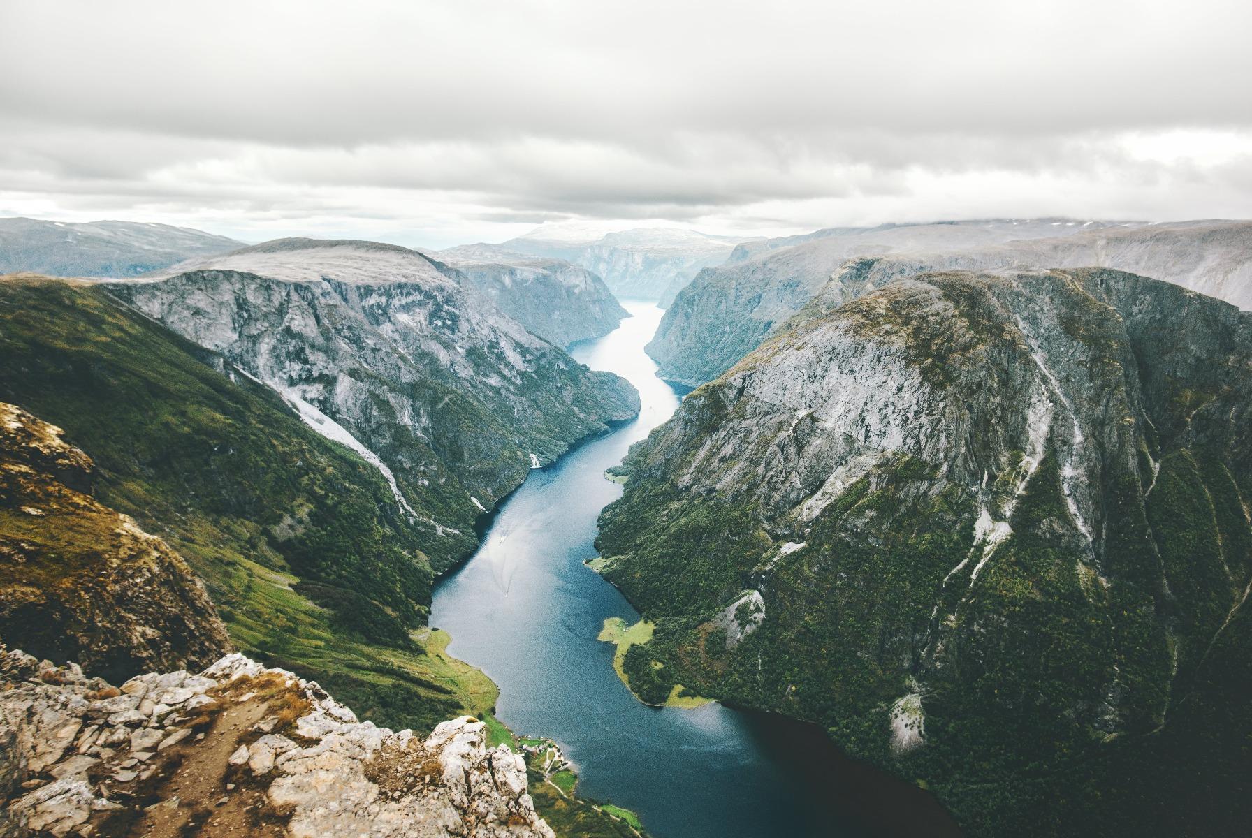 Das Bild zeigt eine skandinavische Landschaft.