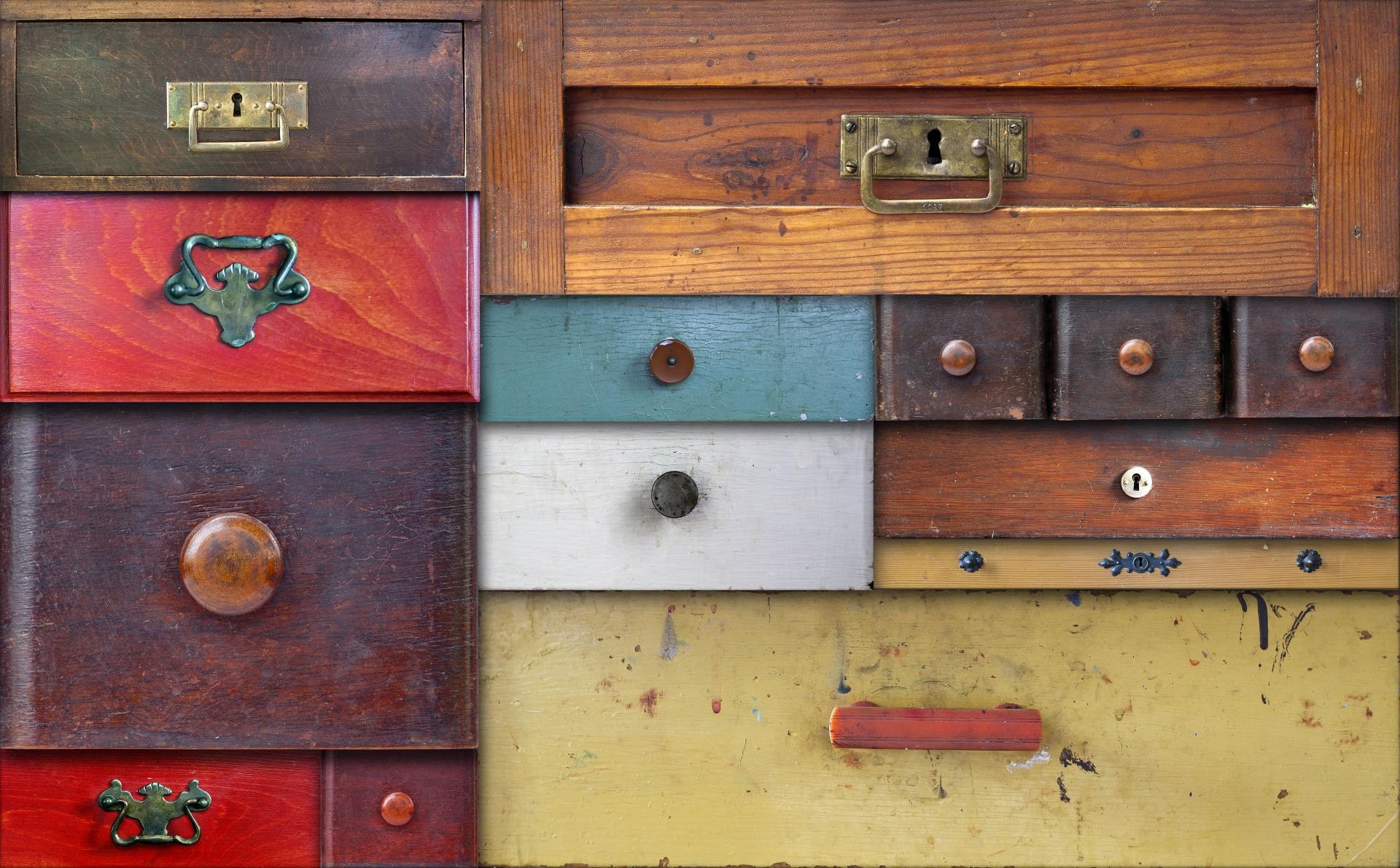 Das Bild zeigt Schubladen aus Holz.