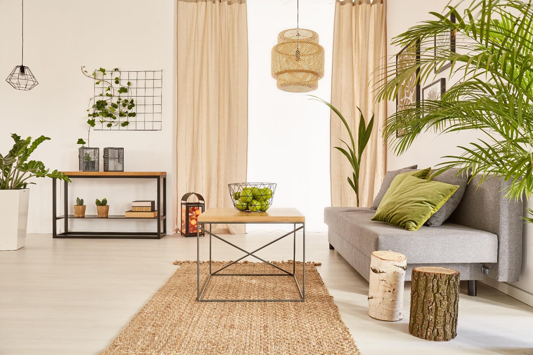 Das Bild zeigt ein Zimmer im natürlichen Wohnstil.