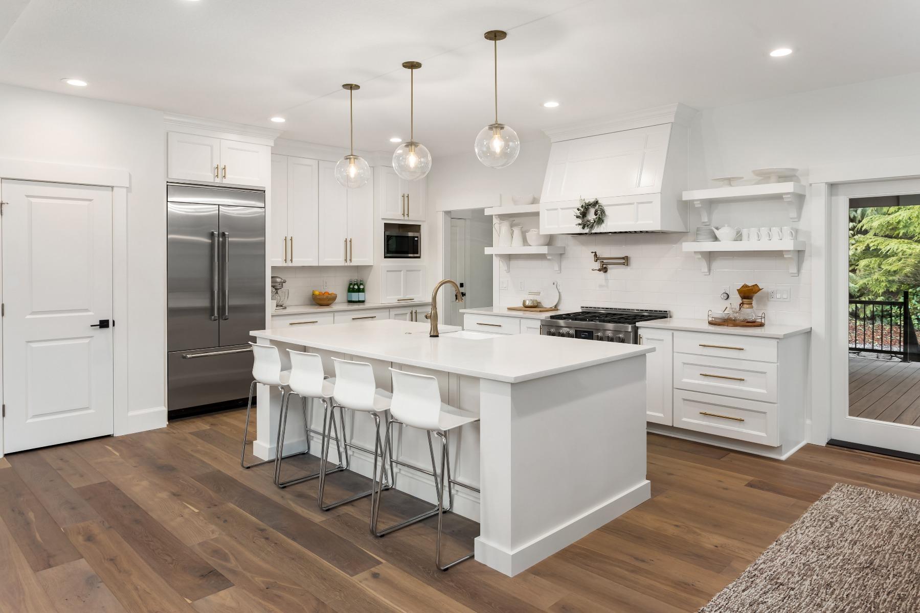 Das Bild zeigt eine Küche im Landhausstil.