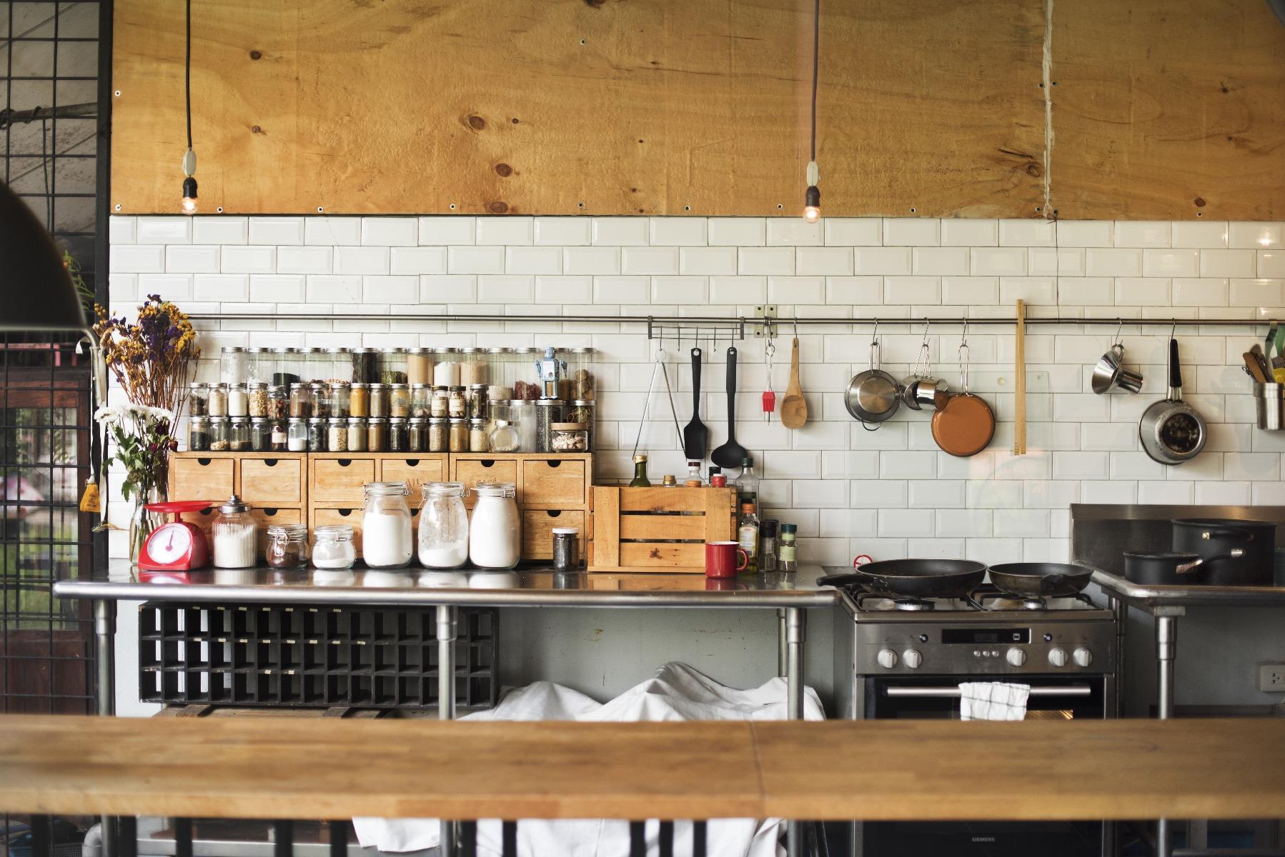 Das Bild zeigt eine dekorierte Küchenwand.