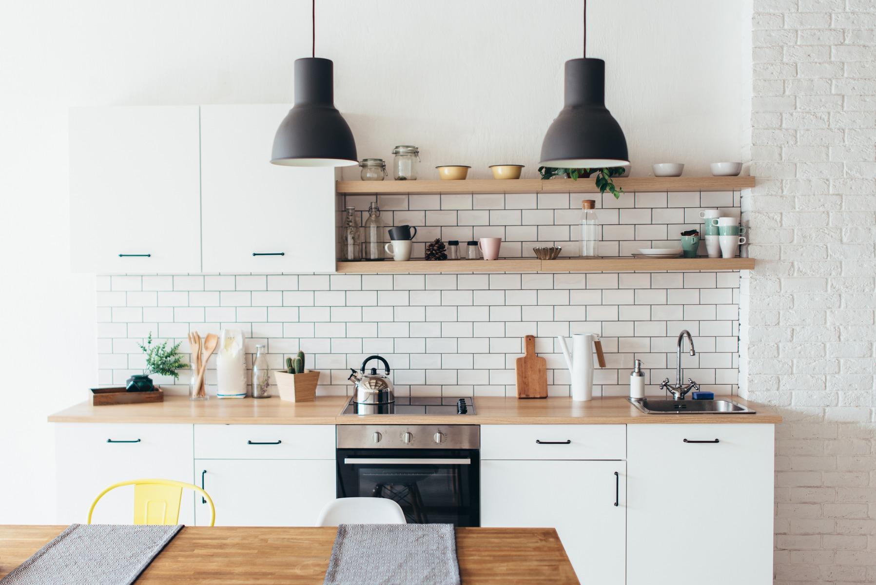 Das Bild zeigt eine kleine Küche.