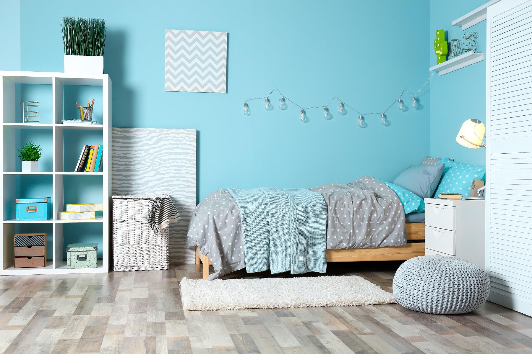 Das Bild zeigt ein kleines Jugendzimmer.