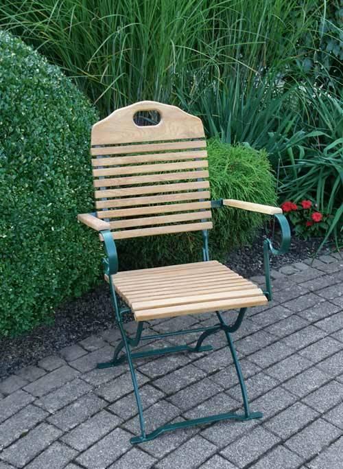 Das Bild zeigt einen Gartensessel aus Holz.
