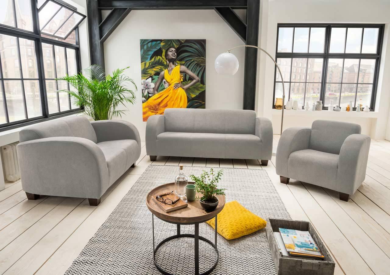 Das Foto zeigt eine Couchgarnitur in Grau.