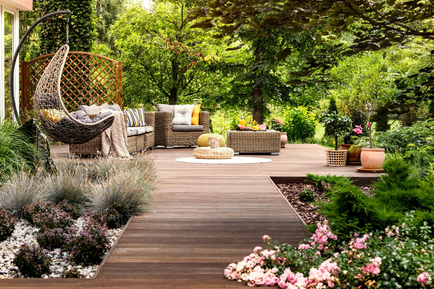 Das Bild zeigt ein Gartenmöbel Set im Freien.