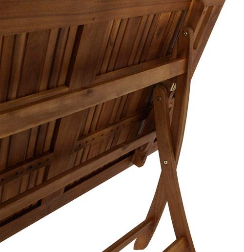 Das Bild zeigt einen Gartentisch aus Akazienholz.