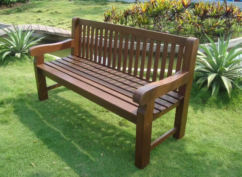 Das Foto zeigt eine Gartenbank aus Eukalyptusholz.