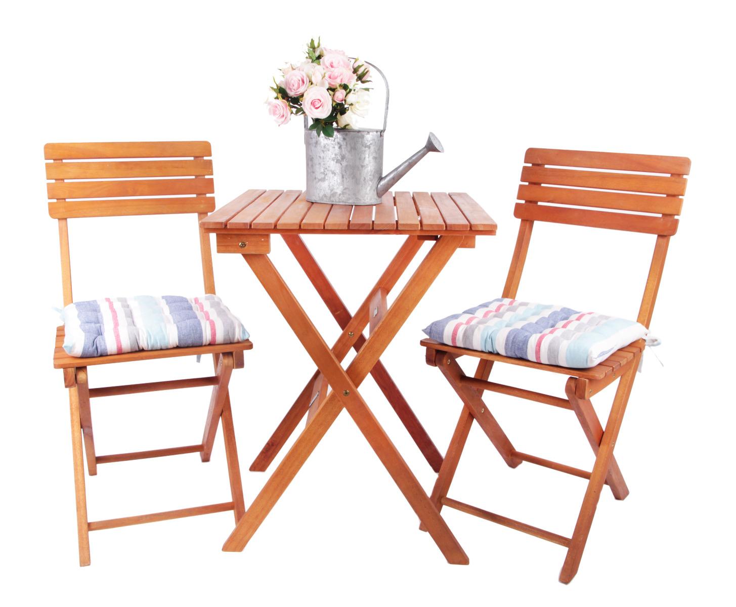 Das Bild zeigt Gartenmöbel aus Holz.