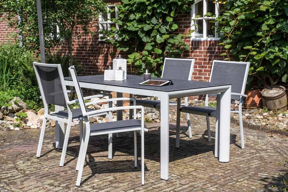 Das Bild zeigt Gartenmöbel aus Metall im Freien.