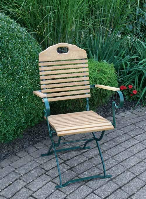 Das ist ein Foto von einem Gartenstuhl aus Robinienholz.