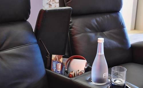 Das ist ein Foto eines Getränkehalters von einem Kinosessel.