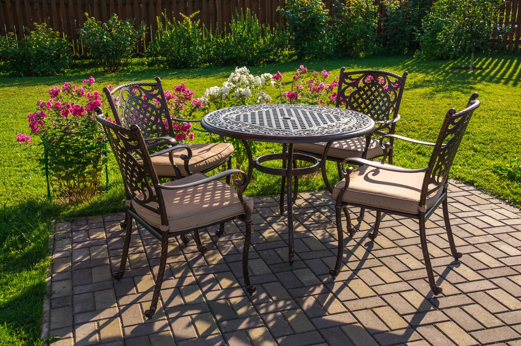 Das Bild zeigt Gartenmöbel im Landhausstil.