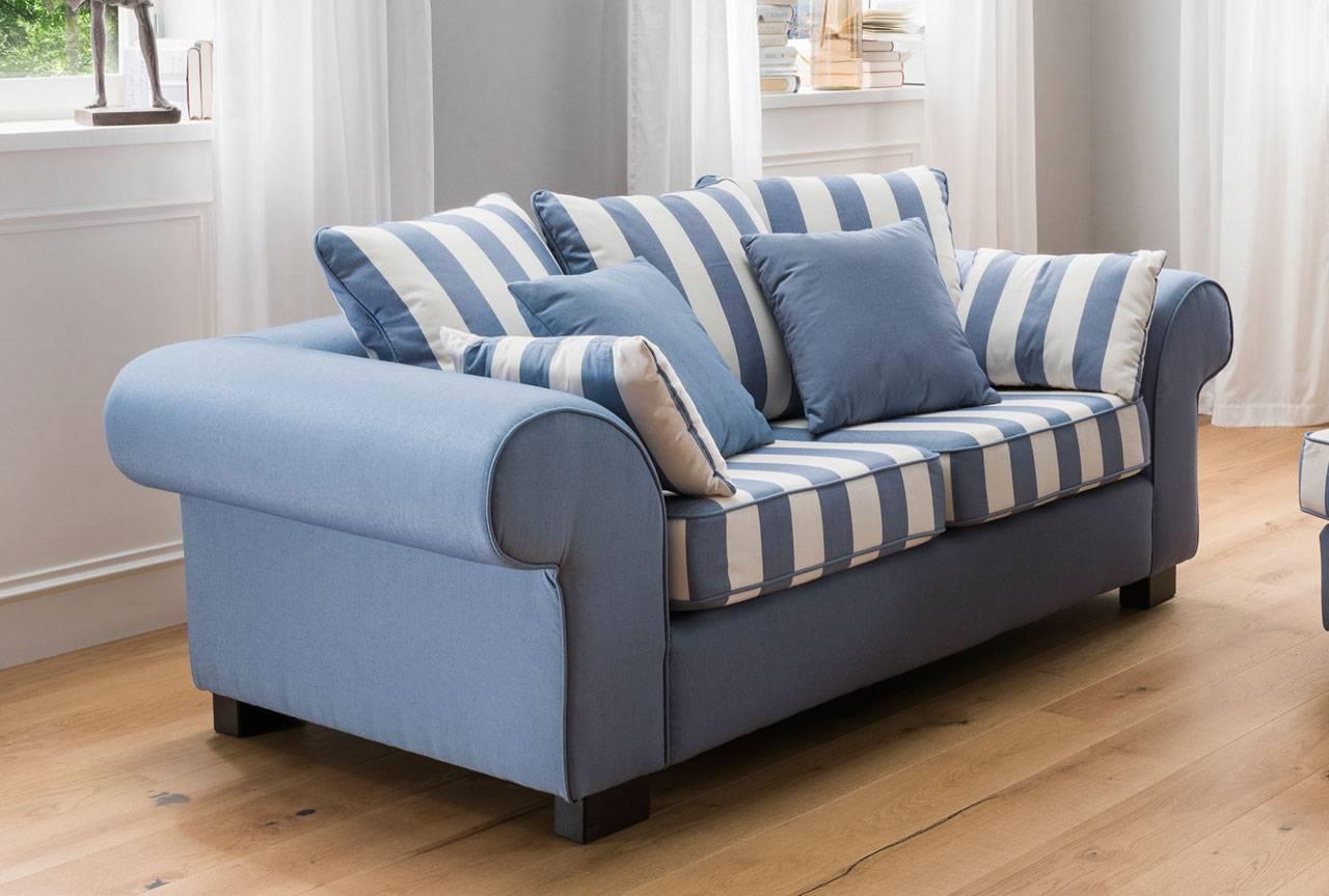 Das ist ein Foto von einem Sofa im Landhausstil.