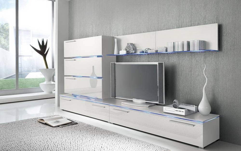 Das Bild zeigt eine weiße Wohnzimmer Schrankwand.
