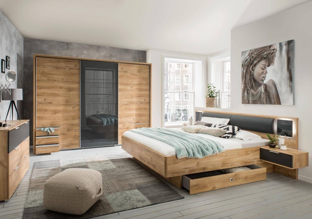 Das Bild zeigt ein Schlafzimmer aus Holz.