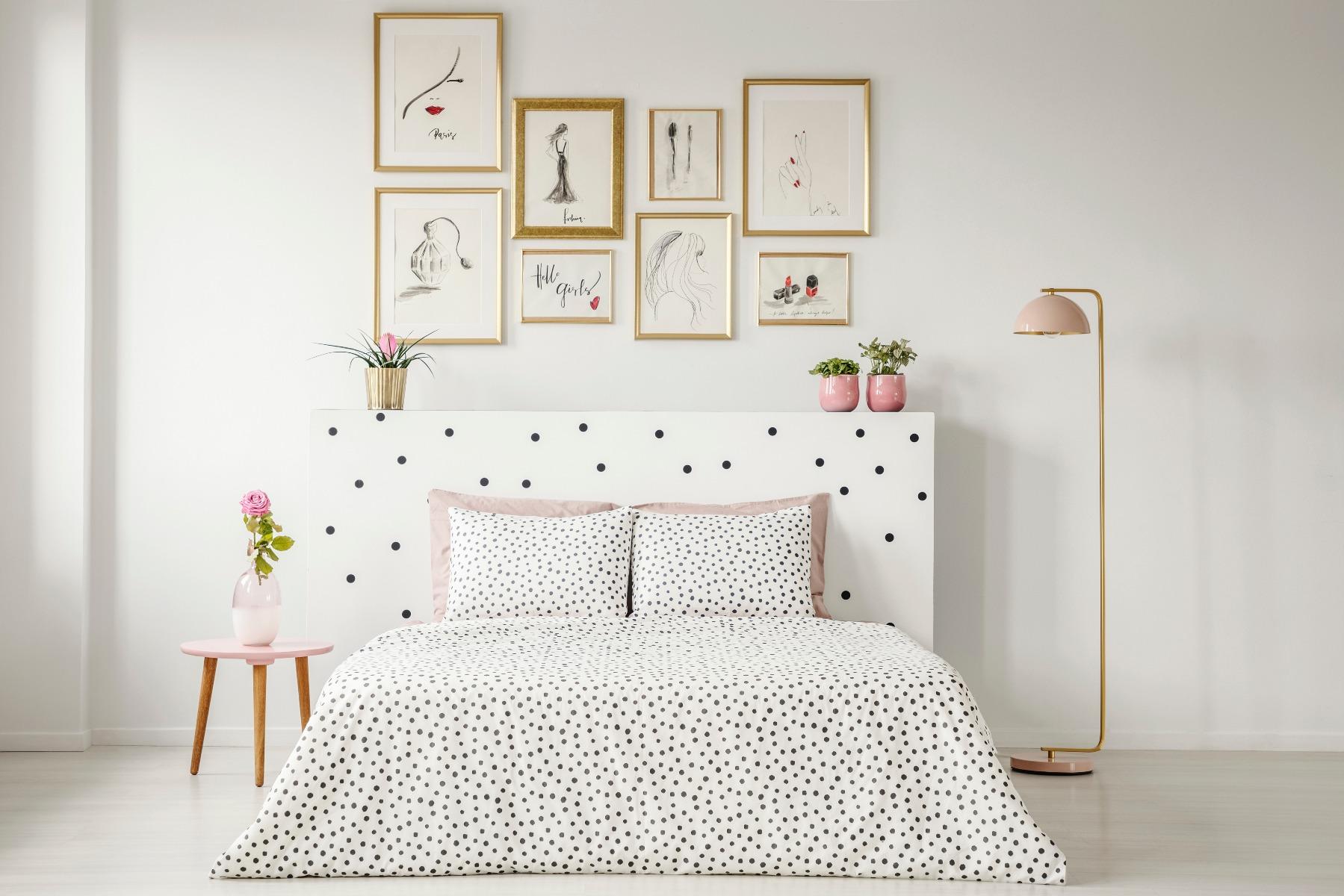 Das Bild zeigt die Wandgestaltung im Schlafzimmer.