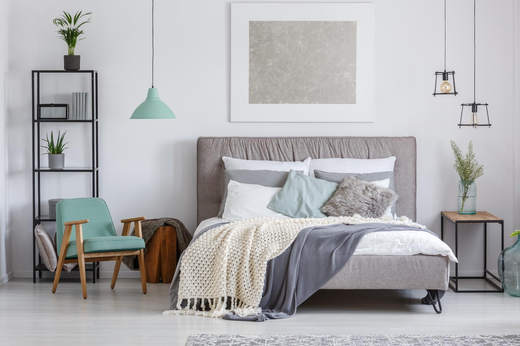 Das Bild zeigt ein Schlafzimmer im skandinavischen Stil.