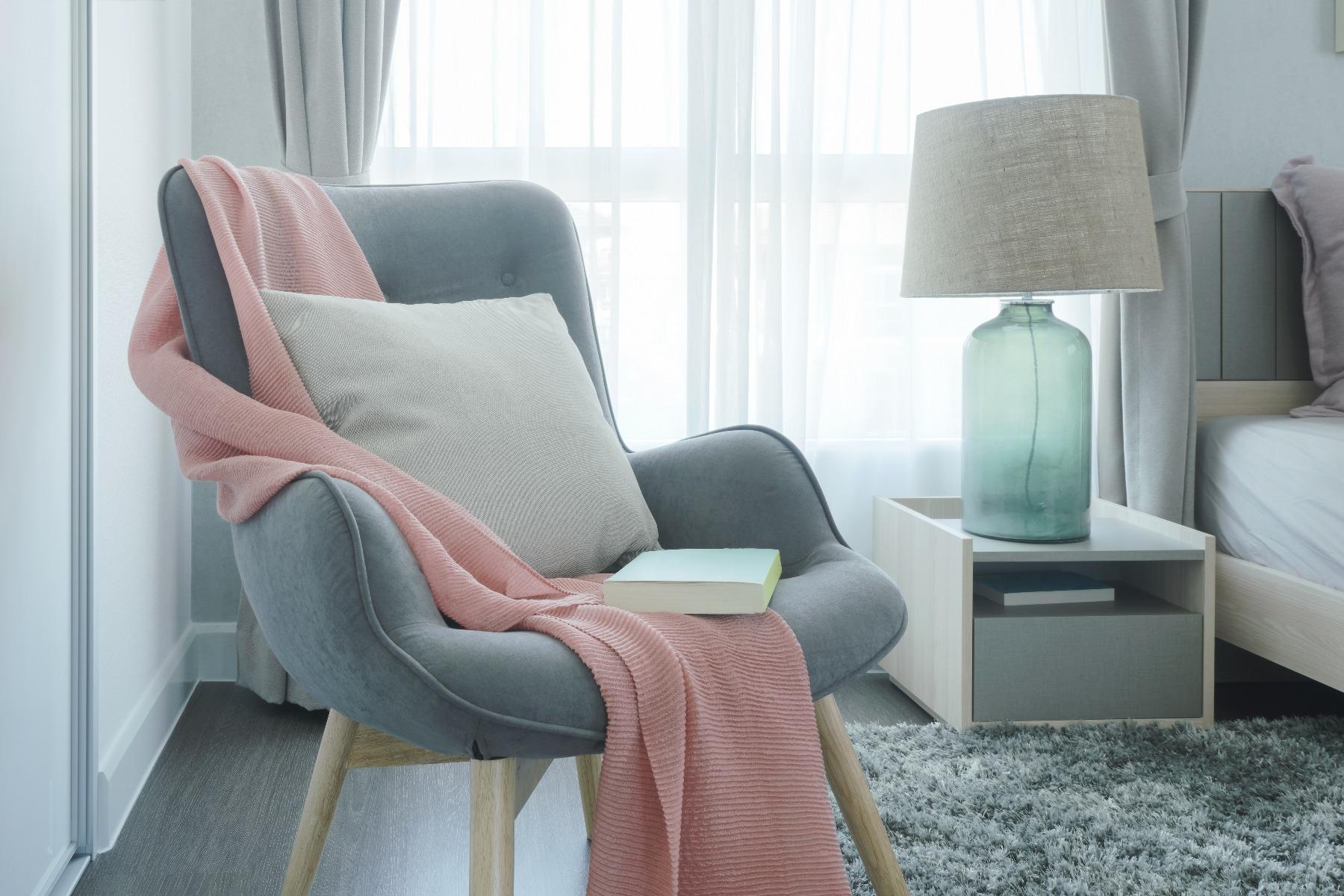 Das Bild zeigt einen Wohnzimmer Sessel in Hellgrau.
