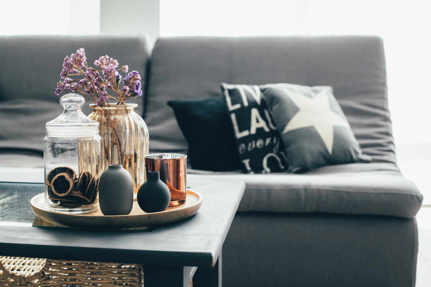 Das Bild zeigt Dekoration auf einem Wohnzimmertisch.