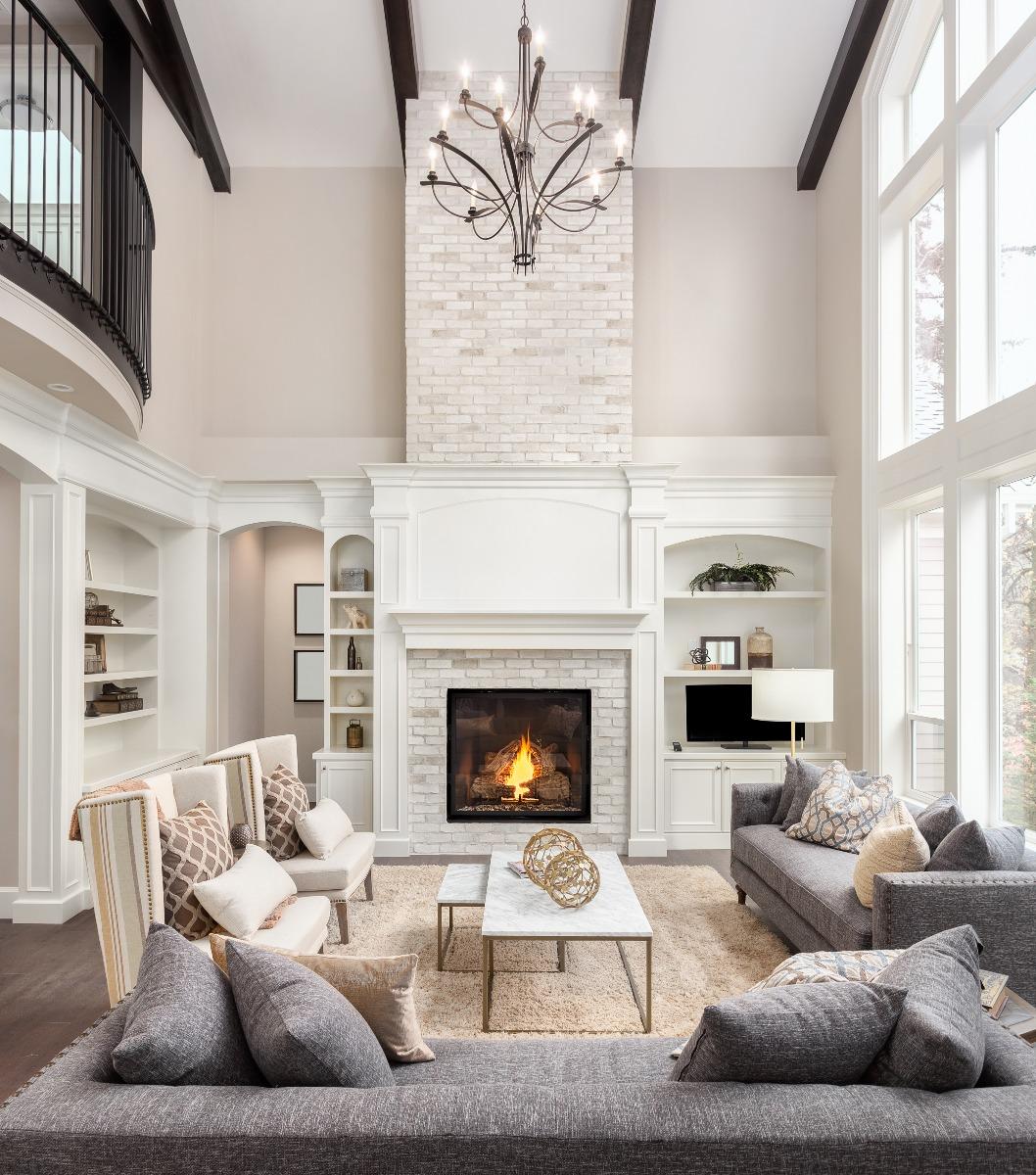 Das Bild zeigt ein schön eingerichtetes Wohnzimmer.