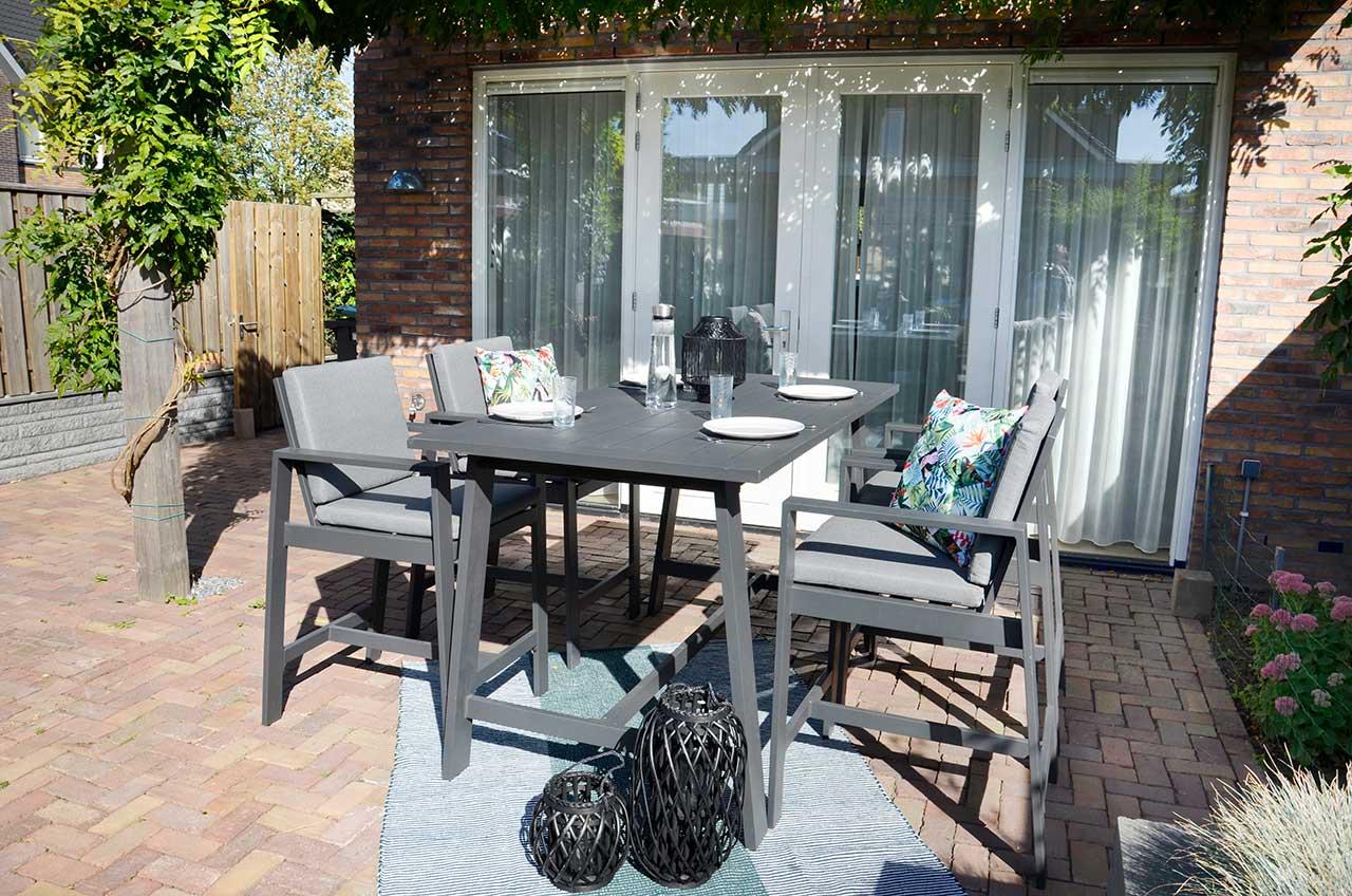 Lifestyle4Living Gartenmöbel-Set aus Aluminium in anthrazit, matt, 4 Barstühle mit Kissen in grau und 1 Bartisch 180 x 94 cm